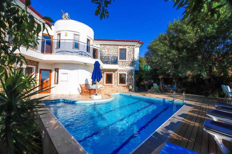Marmaris Söğüt'te, 1000 m2 arsa içerisinde 4 oda 1 salon havuzlu villa