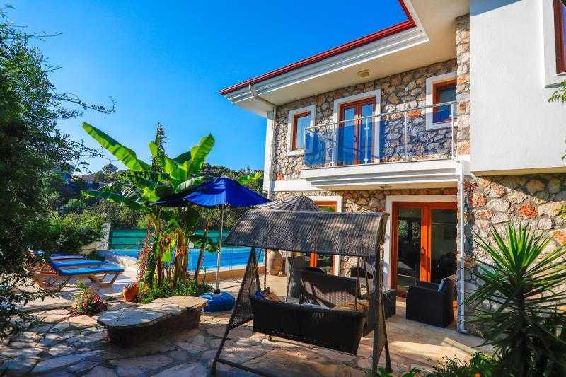 Marmaris'in Söğüt köyünde, 500m² arsa içerisinde, 4 yatak odalı ve 1 salon satılık villa.
